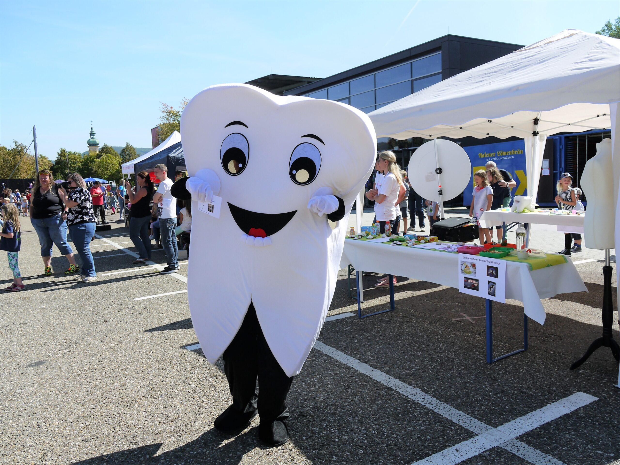 Großes Zahnmaskottchen auf dem Weltkindertag