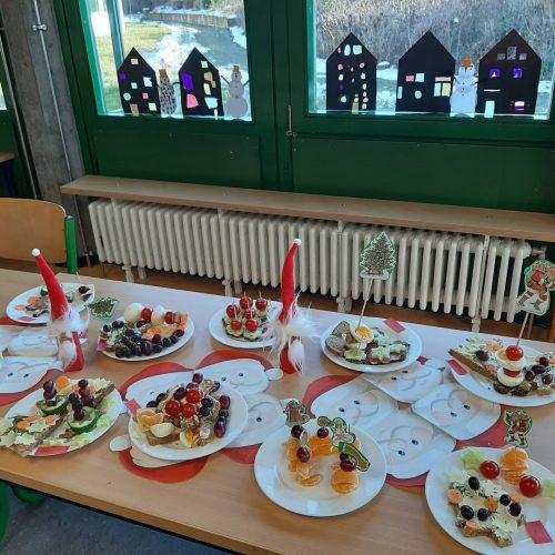 Weihnachtsfrühstück am Büfett zubereitet von der 4. Klasse der Jagsttagschule Westhausen